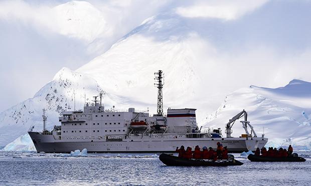 南極探検旅行 南極半島ハイキングと氷山クルーズ アカデミックアイオフィー号